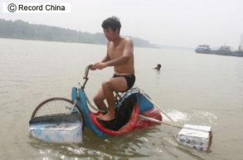 張哲鋒さんの水陸両用自転車