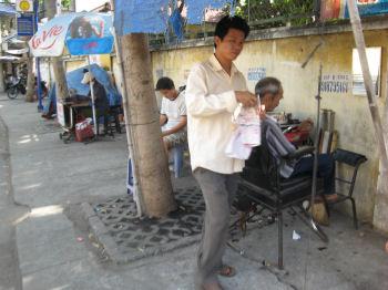 歩道上の理髪店、ゴミもそのまま