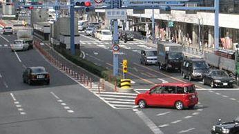 道路中央に安全地帯が設けられている例。 Photo by Kansai explorer,under the GNU Free License.