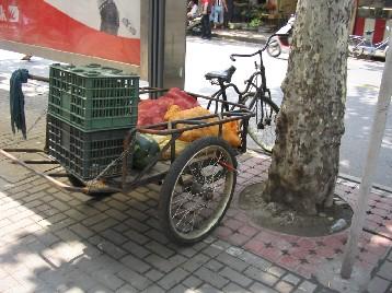 野菜などを運んできて、道端に広げて売っている人も多い