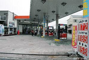 値上げに踏み切り、閑散とするガソリンスタンド