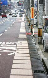 金沢市内でバス専用レーン内に設置された自転車走行指導帯
