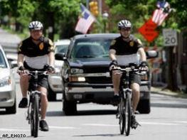 自転車でパトロールする警官