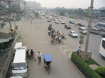 市街中心部でも、こうした道は多い