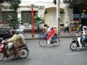 アオザイで自転車に乗る女性
