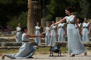 古代オリンピア遺跡で採火式
