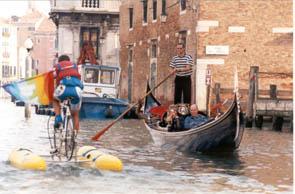 ヘネチアの運河で