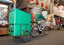 大阪の街を走る宅配便