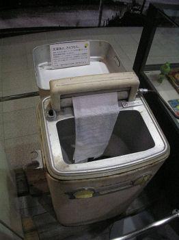 昭和30年代後半のローラー式絞り機付き洗濯機:This image is in the public domain.