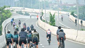 高架道を自転車に