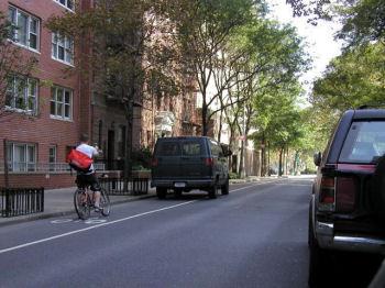 違法駐車の写真を撮る