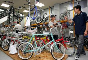 ガソリン高騰を受け、マイカーからの乗り換えで販売が急増している自転車店