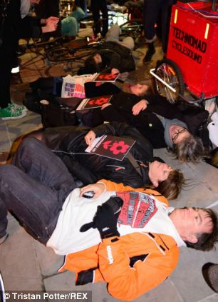 'Die-in'in London, www.dailymail.co.uk