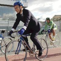 自転車に乗るパフォーマンスも見せた谷垣総裁