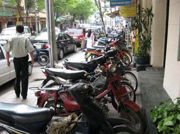 歩道には延々とオートバイの列