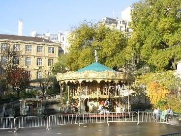 パリのモンマルトルの街角にも突然メリーゴーランドだけが建っている