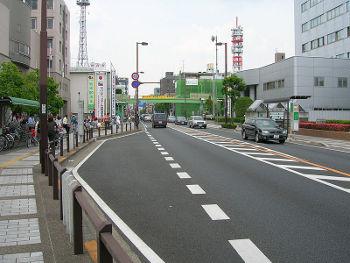 センターラインに安全地帯が設けられている例。 Photo by SKD ,under the GNU Free License.