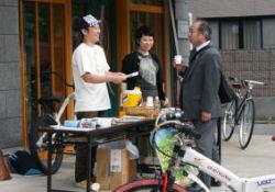 自転車でCO2削減加速 街中に休憩所