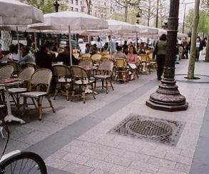パリの街角にも