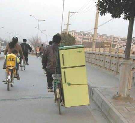 冷蔵庫を運ぶ自転車