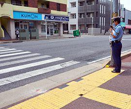 事故現場を調べる警察官