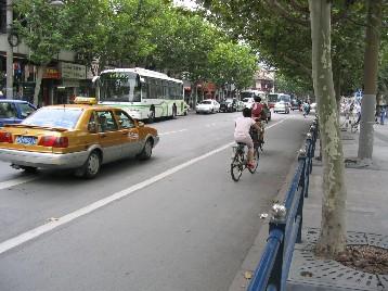 一般的な自転車レーン、駐車車輌はほとんどない