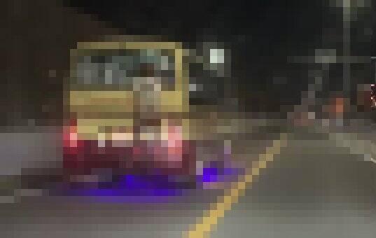 【動画】後ろにとんでもないものがしがみついたバスが目撃されるwwwwww