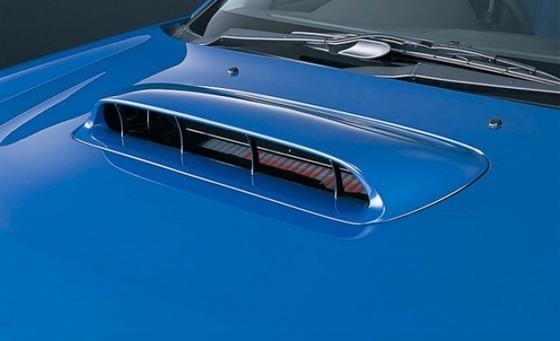 スバルの車って何でボンネットに穴空いてるの?