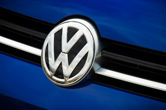 2015-Volkswagen-Golf-R-emblem
