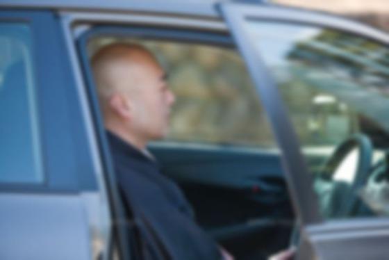 【悲報】お坊さん、僧衣を着て車を運転し警察に切符切られる