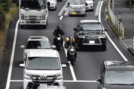 信号待ちですり抜けてくるバイクに窓から脅かすように手出していいよね?