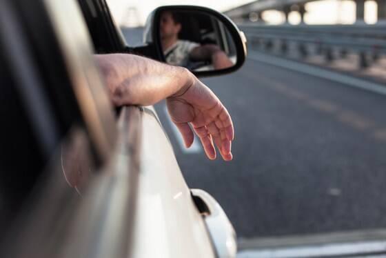 車の窓から腕