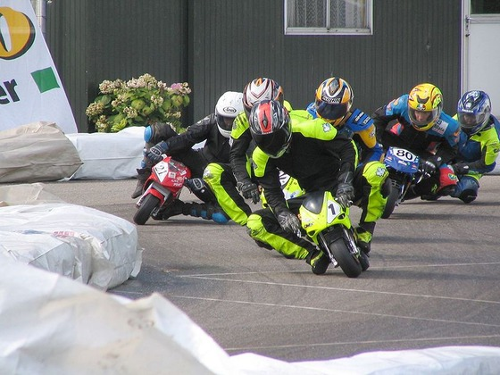800px-Close_racing_at_Mill