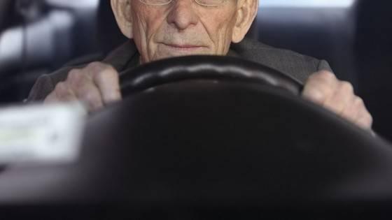 老人の運転手