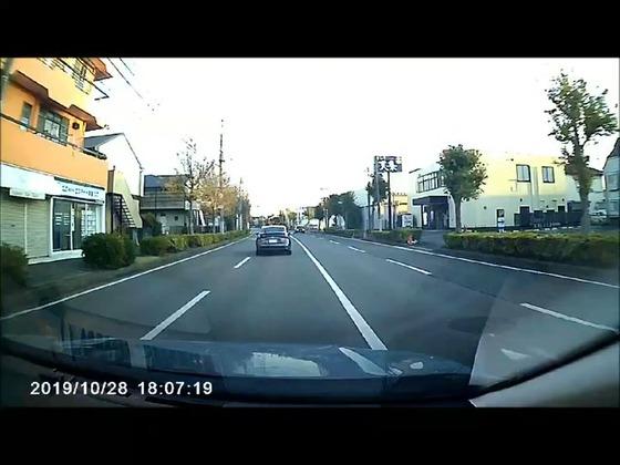 【動画】アルファード乗りの民度が酷すぎる…横断歩道で停車した車を追い越してそのままずっと逆走