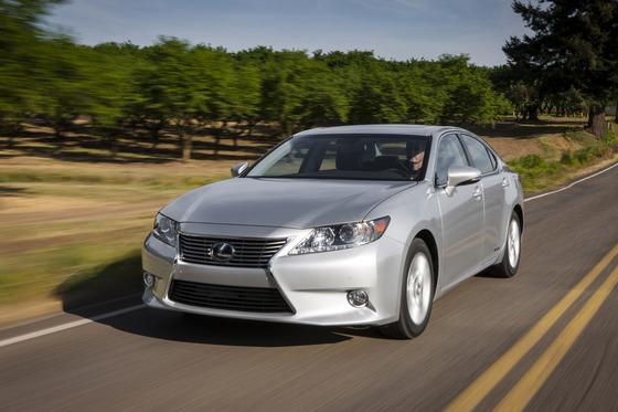 2015-Lexus-ES-300h-front-three-quarter-in-motion-04