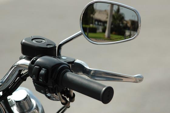 バイクのミラーが真に邪魔なのだが折り畳んだまま乗ったら違反になるのか?