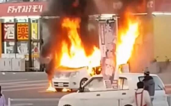 【悲報】幼児が車内で発炎筒を発火させエルグランドが全焼・・・