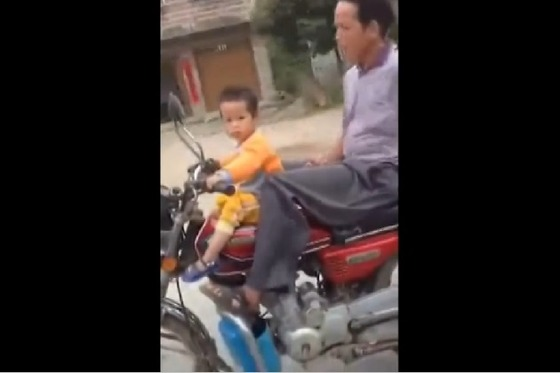 Chinese+man+caught+teaching+toddler+to+ride+motorcycle