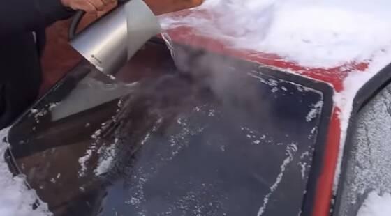 凍ったフロントガラスにお湯