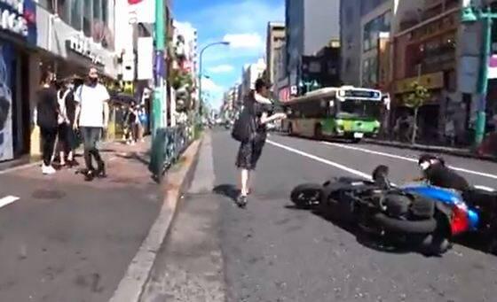 【悲報】女さん、歩きスマホで道路に飛び出しバイクを転倒させるも颯爽と立ち去ってしまうwwwwwwww