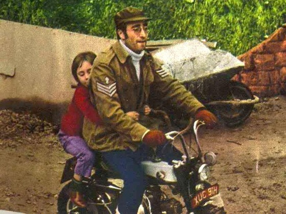 ジョン・レノンが所有していたオートバイ「ホンダ・モンキー」818万円で落札
