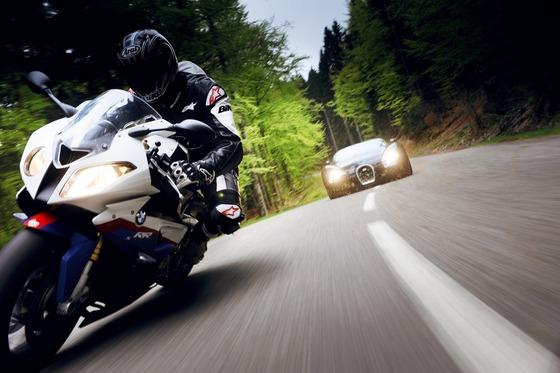 BMW-S1000RR-vs-Bugatti-Veyron