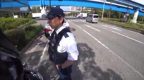 ハーレー乗りが警官の交通違反を発見して警官を捕まえてしまう