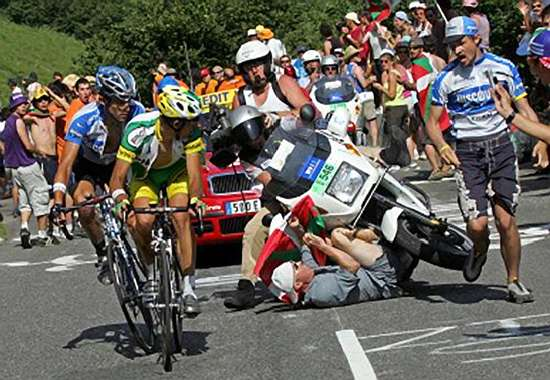 TdF-Motorcycle-Bicycle-accident