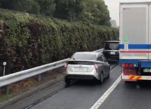 路肩をすり抜ける車www