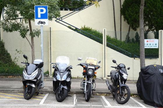 motocykli-lów-miejsce-do-parkowania-w-hong-kong-64001997