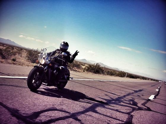 バイク乗り同士が手を振りあう文化wwwwwww