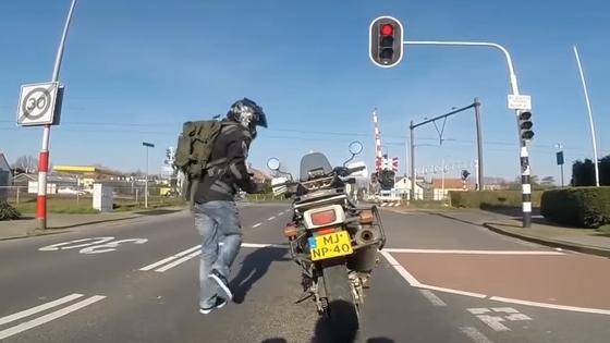 バイク乗ってて信号待ちのときに降りるのって違反なん?