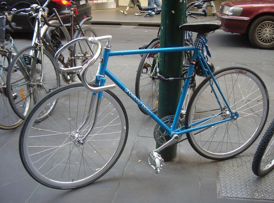 Blue_fixed-gear_(track)_bicycle_locked_up